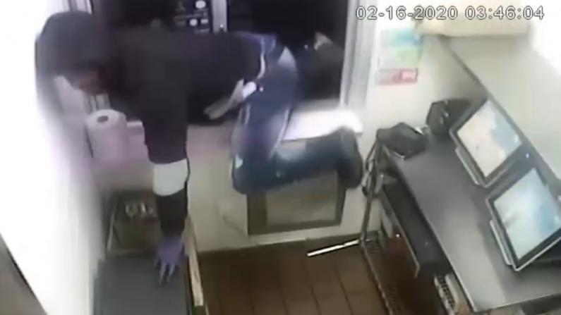 纽约三男凌晨翻窗抢劫麦当劳 $3600疑装塑料袋逃跑