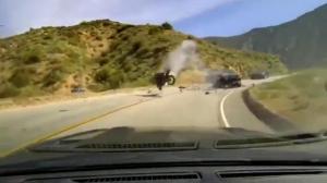 重大山路事故全程被拍下!摩托车被撞飞