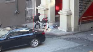华裔女子光天化日被抢劫拖拽 与华裔拾荒老人遇袭仅隔一天