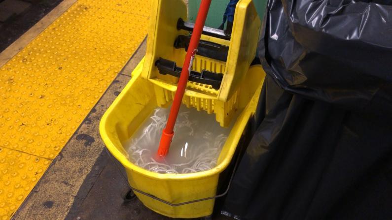 """""""我想戴口罩 但我不好意思"""" 纽约人乘地铁防护全面升级"""
