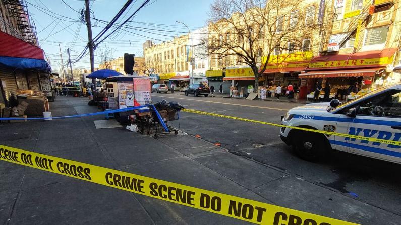 纽约布鲁克林华男街头遇袭被刺 路人相劝差点也被暴徒袭击