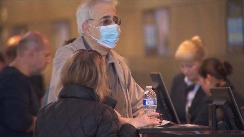 欧洲禁令下的洛杉矶国际机场:客流减少 戴口罩增多