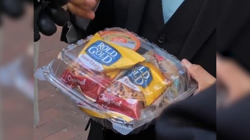 """点赞!""""疫情下学校给孩子吃这些""""纽约市停课也要保障学生餐"""