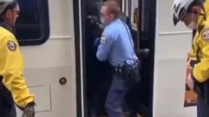 他乘公交不戴口罩 被警察强行拉下车