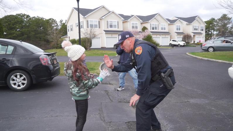 疫情下的感动!纽约长岛警察出动车队为小朋友送生日惊喜