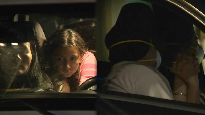 车中的复活节 南加居民通过广播一同祈祷