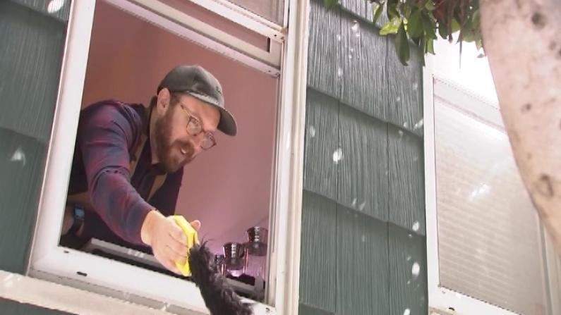 """自家窗口成""""免费取货点"""" 旧金山咖啡师为疫情员工加油"""