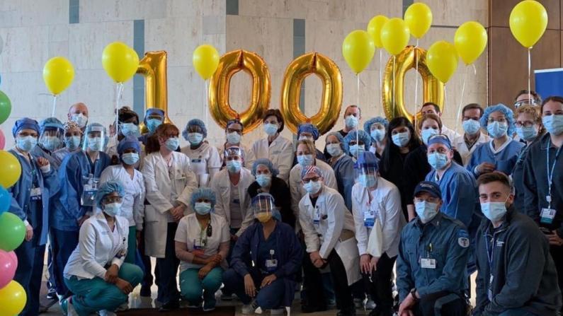 为每一位撤掉呼吸机病患祝贺仪式 为第1000位出院者全院欢送