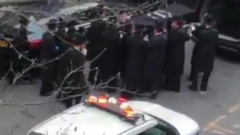 数千犹太人集会送葬 纽约市长怒了发12张罚单
