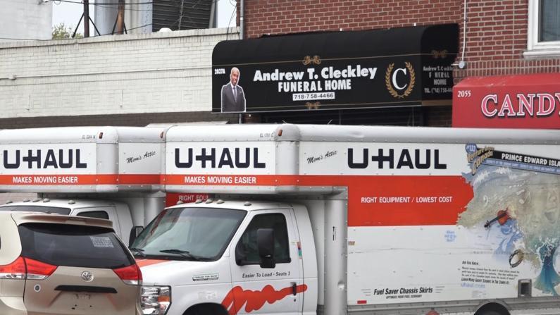 纽约布鲁克林殡仪馆租货车存遗体 民众:可怕景象持续近2周