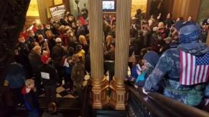 持枪抗议者涌入密歇根州府 州长顶住压力继续延长紧急状态