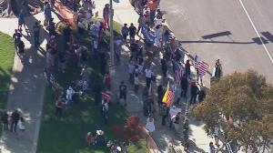 """加州""""海滩之争""""继续 民众:浪费资源! 警察:我们也是人!"""