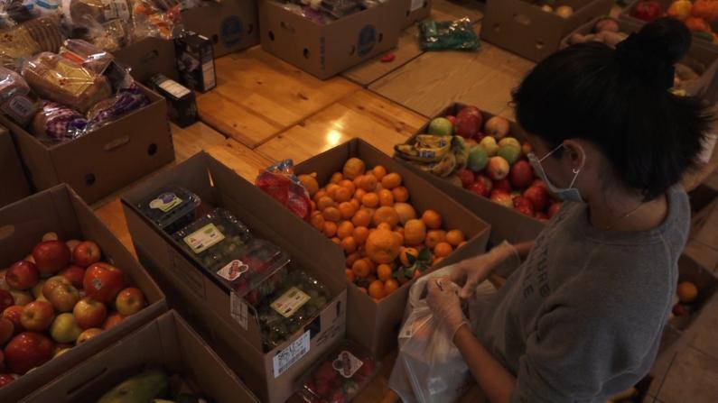 """【实拍】纽约华埠为耆老免费配送食物""""不让你们饿着"""""""