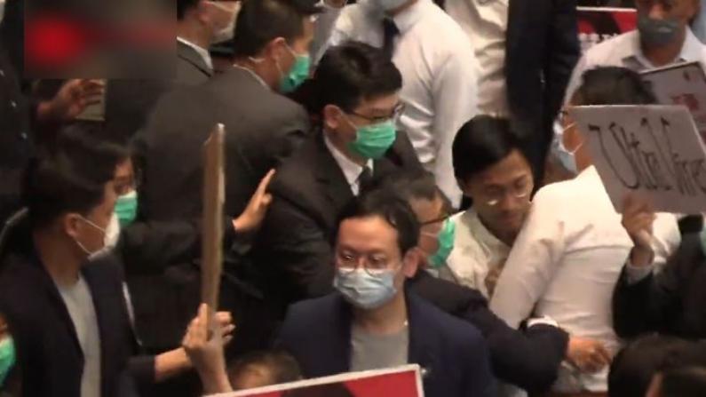 大打出手!香港立法会爆混战 10余泛民议员遭驱逐
