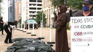 """抗议过早重启经济 德州州长府邸前放满""""停尸袋"""""""