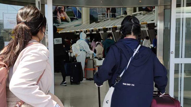 【实拍】纽约JFK机场中国留学生排队搭临时航班