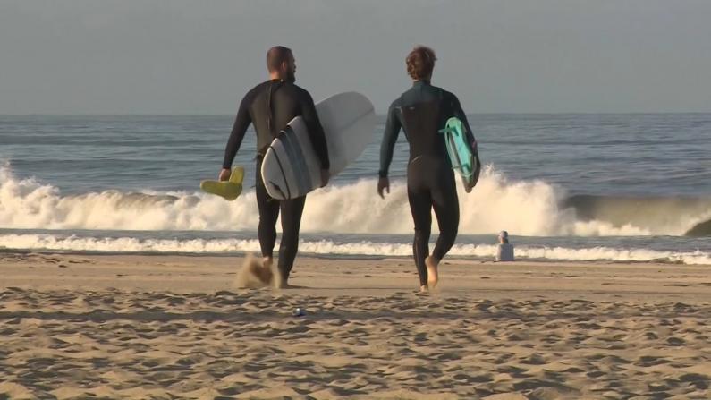 洛杉矶海滩开放首日 民众兴奋回归大海