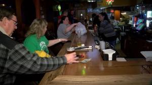 威斯康星州高院推翻居家令后酒吧情况?
