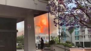 【现场】数英里外可见火焰和黑烟 洛杉矶市中心爆炸