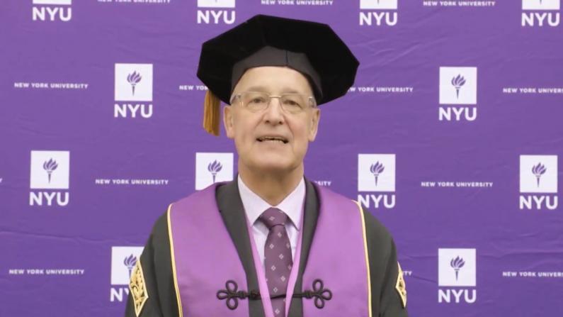 """2020毕业日NYU校长说了这样一番话 """"这是生与死的问题"""""""