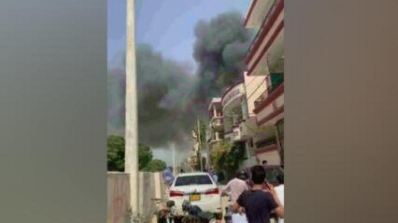 现场浓烟滚滚!一架客机在巴基斯坦南部坠毁