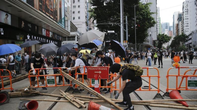 香港激进示威者非法堵路 警察驱散清障