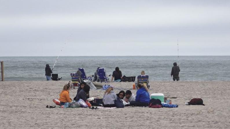 """九点就得去""""占位""""?纽约海滩长周末""""遇冷"""""""