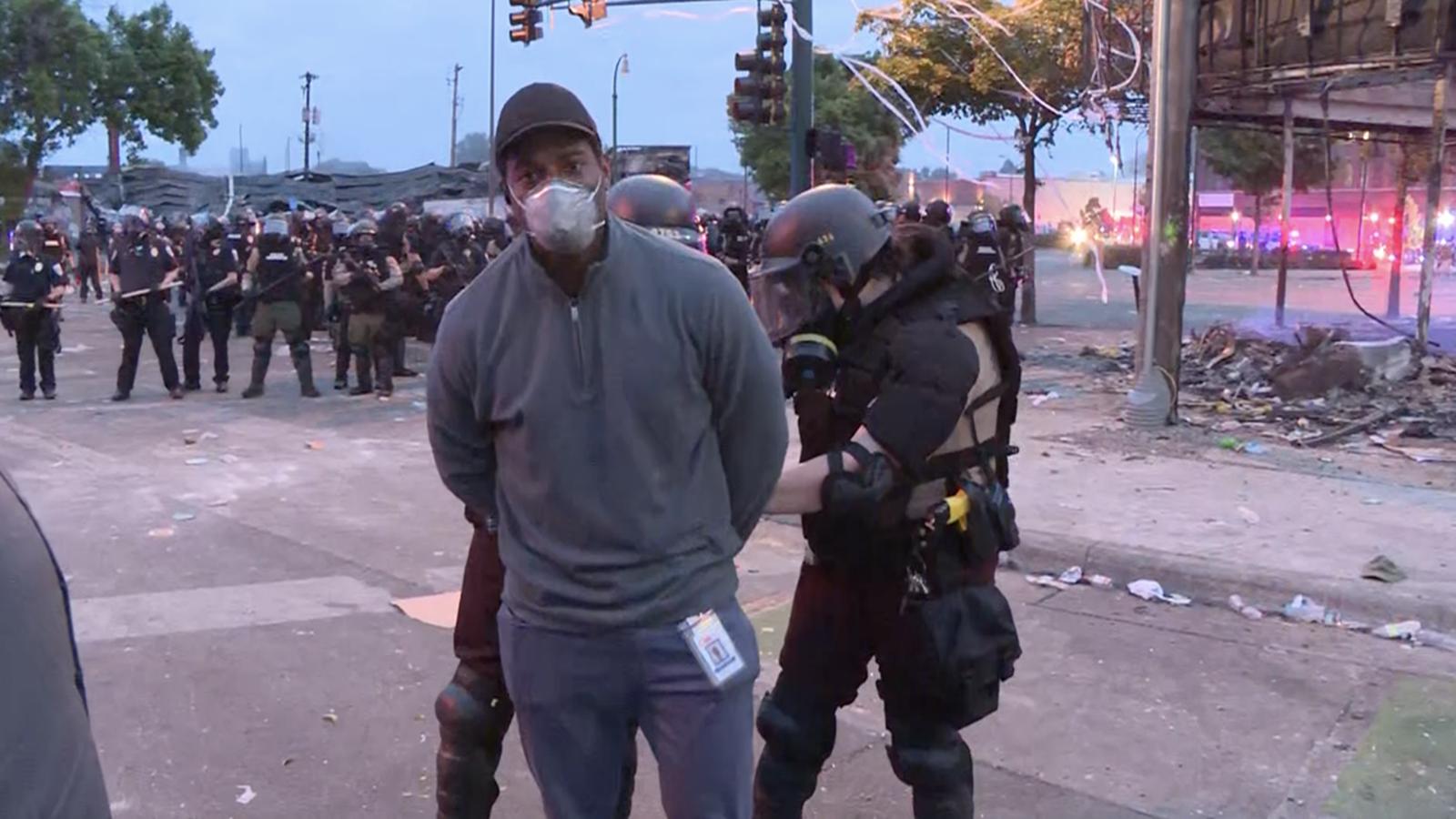 """【现场】CNN非裔记者明州抗议现场被捕 反复质问""""为什么抓我?"""""""