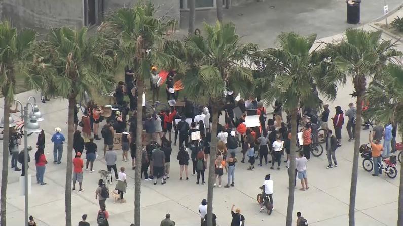 洛杉矶持续多日反暴力执法游行 警局加派警力维稳