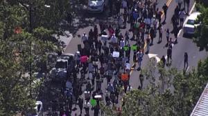 圣何塞百位民众反暴力执法游行 导致101号公路大堵车