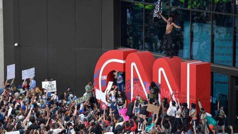 示威者打砸CNN亚特兰大总部 部分建筑遭涂鸦损毁