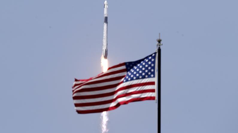 美国航天新时代!SpaceX成功发射载人飞船 完美回收猎鹰9火箭