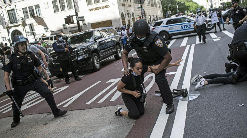 纽约曼哈顿多处涌现示威人群 敏感时期又见NYPD暴力执法