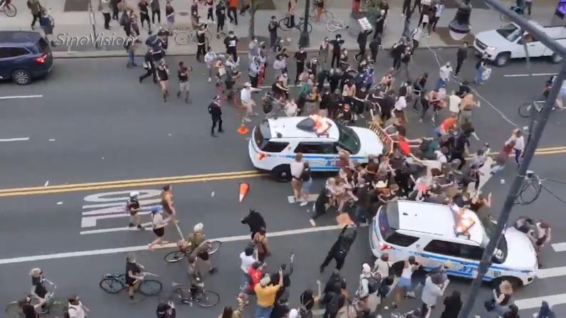 NYPD警车遇阻撞进抗议人群 市长白思豪辩护挨批
