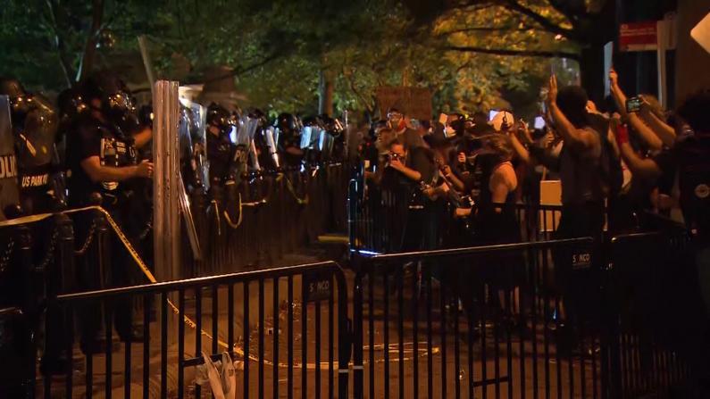 白宫周边抗议者点火涂鸦 游行高呼:不要开枪!
