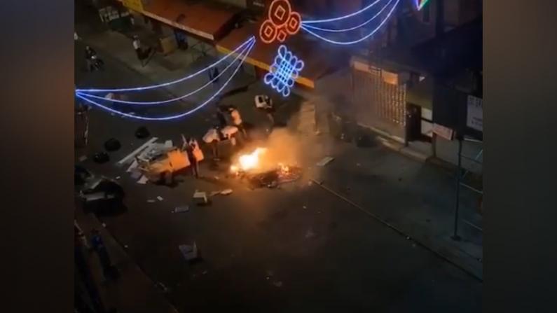 纽约华埠店铺遭打砸火烧 早间营业木板挡门救急