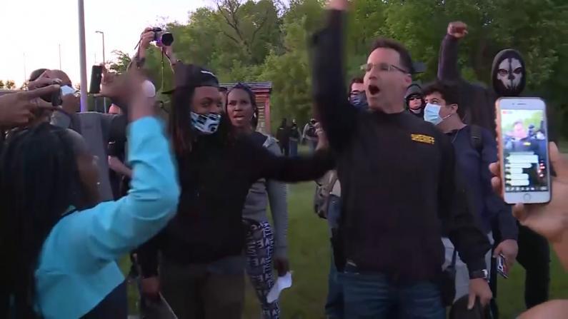 不是非要暴力… 密歇根警长加入抗议者游行:一起走!