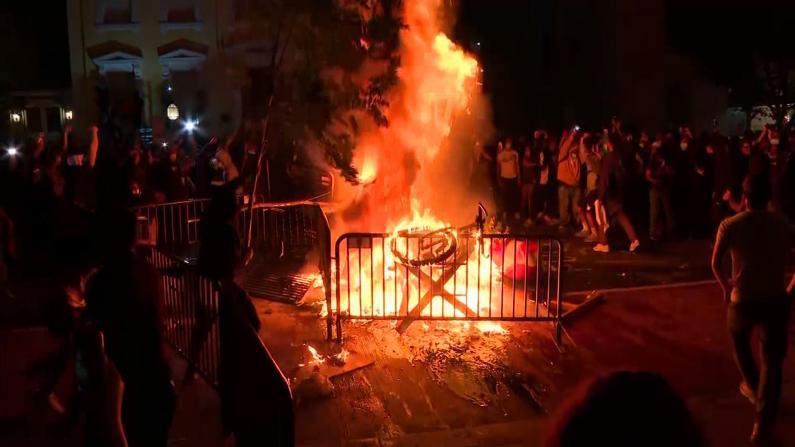 """白宫外侧灯光全灭""""总统教堂""""起火 示威者投催泪弹爆炸声不断"""