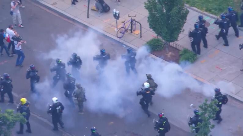 """催泪瓦斯轰走和平抗议者 川普""""教堂摆拍""""遭批"""