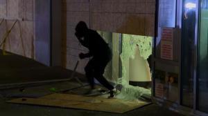 纽约宵禁无效?品牌商店遭劫示威者沿街纵火