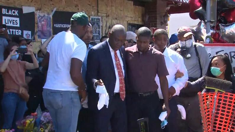 弗洛伊德儿子重回事发地纪念父亲 涉事警员控罪升级