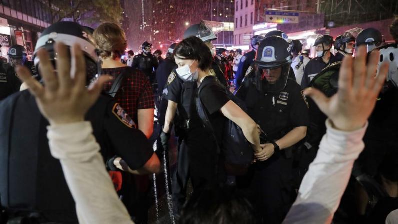 示威者无视纽约市宵禁冒雨抗议 警方快速行动驱离逮捕