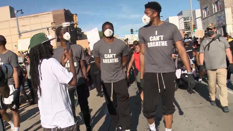 """NBA密尔沃基雄鹿队球员参加游行 """"字母哥""""为示威者送水"""