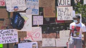 白宫外新建围栏变涂鸦艺术墙 民众留影纪念