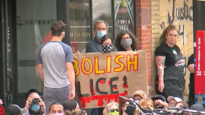 明尼阿波利斯市长拒完全废除警局 遭抗议者赶出游行队伍