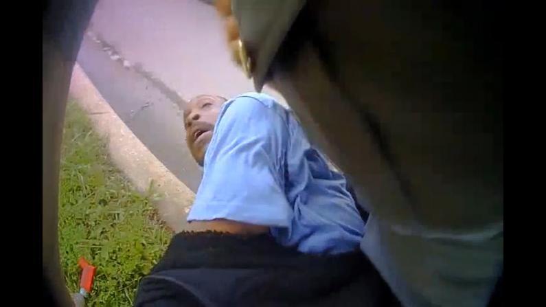 """""""我无法呼吸""""""""我不在乎"""" 俄克拉荷马警员逮捕非裔视频公开"""