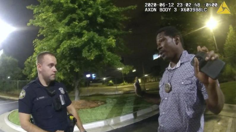 孰是孰非?非裔拒捕被警枪杀,三段现场画面还原经过