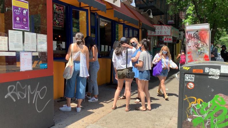 那些聚在餐馆酒吧门口的纽约客哪去了?