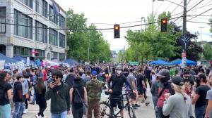 """除了涂鸦满地 抗议者占领一周多的""""西雅图自治区""""现状如何?"""
