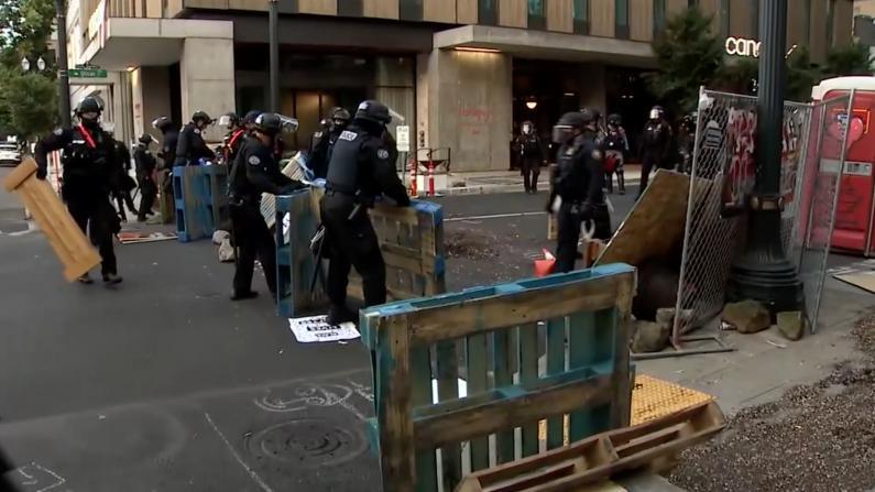 """波特兰示威者市长官邸前建""""自治区"""" 数小时后遭警察迅速清场"""